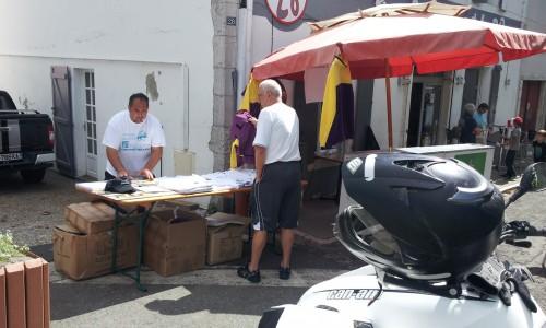 Stephane met en place notre boutique du rallye
