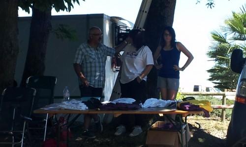 notre boutique du dimanche après midi avec Remy, Nanou et Laura à l'ombre à l'arrivée de Lanneplaa